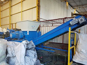 Double shaft shredder for recycling the waste plastic bumpers