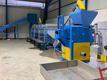 Plastic film washing line with squeezer for dewatering
